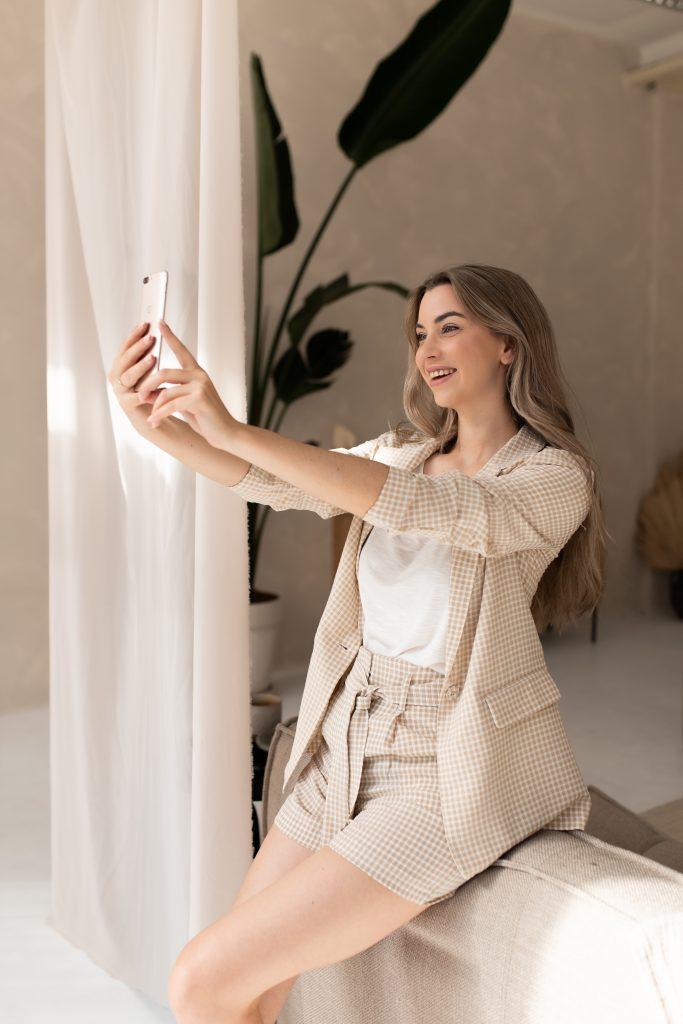Lynn Quanjel met Telefoon