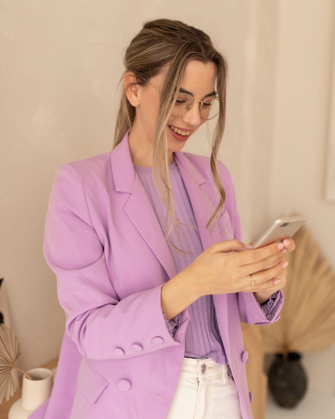 lynn quanjel op haar telefoon
